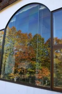 ラウンジの大窓に映る紅葉