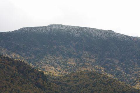 うっすら雪化粧の岩菅山   10月10日撮影