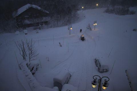 ホテル前のアプローチを除雪中       撮影:鳥井様