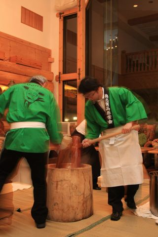 欧風インテリアを背景に 純和風伝統芸   12月30日撮影