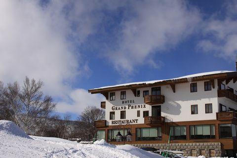 凍てつく大気に輝くホテル
