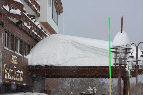 冬の風物詩のひとつ 車寄せ上の雪山