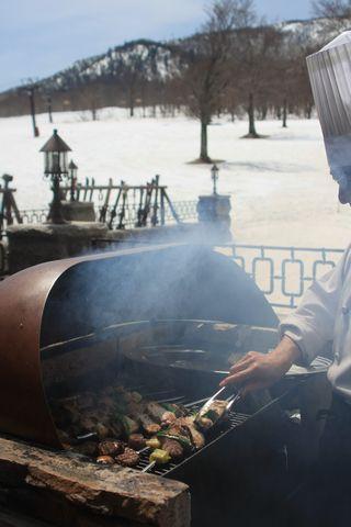 香ばしい煙が食欲をそそります   4月10日撮影