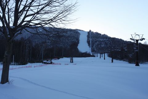 一日働いた圧雪車 & 明日を待つゲレンデ  12月9日午後4時