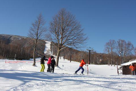 絶好のスキー日和 リフトをめざす人々    12月11日午前8時半 撮影