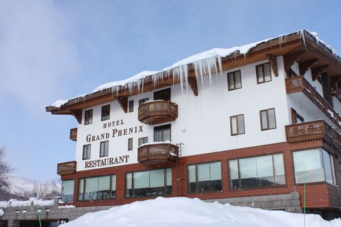 """""""雪山""""が迫る2階のレストランの窓     1月10日撮影"""