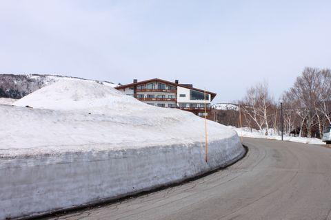 でも 道路沿いの雪壁はまだまだ高い・・・・