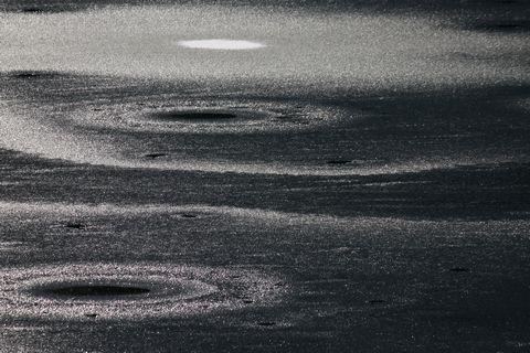 凍てつき始めた湖面