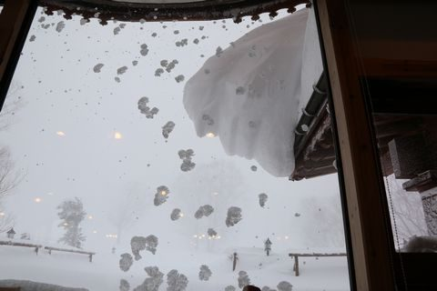 レストランより雪庇を見上げる